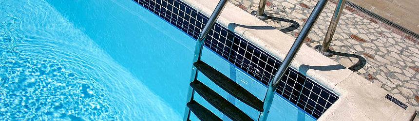 Scale e scalette di diverse dimensioni e altezze per piscine interrate a skimmer o a sfioro